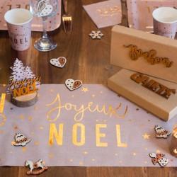 Chemin de table Joyeux Noël Blush et Or pour apporter une touche de chic et d'élégance à votre table.